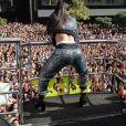 Anitta rebola ao cantar seus hits em trio elétrico na Parada LGBT, em São Paulo