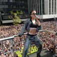 Anitta leva o público à loucura ao cantar em show