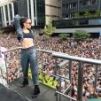 Anitta canta 'Bang' ao dar palinha em show na Parada LGBT