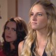 Nicole (Dani Gondim) flagra Gustavo (Carlo Porto) rindo com Verônica (Elisa Brites) em seu escritório, na novela 'Carinha de Anjo'