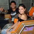 Bruna Marquezine e Neymar se divertem em parque de diversões