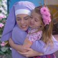 Recepcionada com um abraço por Cecília (Bia Arantes) ao chegar no colégio, Dulce Maria (Lorena Queiroz) convida a irmã para sua primeira festa de aniversário ao lado de Gustavo (Carlo Porto), no capítulo que vai ao ar quinta-feira, dia 29 de junho de 2017, na novela 'Carinha de Anjo'