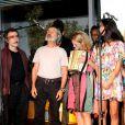 Osmar Prado canta um trecho da música 'Chuá Chuá' ao lado dos colegas de elenco na coletiva de lançamento de 'Meu Pedacinho de Chão'