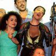 Juliana Paes e os colegas de elenco soltam a voz cantando uma moda de viola em homenagem a Benedito Ruy Barbosa na coletiva de lançamento de 'Meu Pedacinho de Chão', em 27 de março de 2014