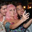 Bruna Linzmeyer, Johnny Massaro e Bruno Fagundes fazem careta para uma selfie coletiva de lançamento de 'Meu Pedacinho de Chão'
