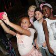 O elenco mirim faz selfie na coletiva de lançamento de 'Meu Pedacinho de Chão'
