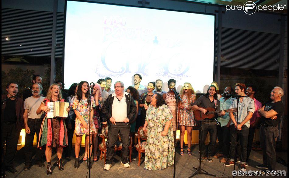 """Elenco se reúne no palco e canta """"Chuá Chuá"""", um clássico do sertanejo, na coletiva de lançamento de 'Meu Pedacinho de Chão'"""