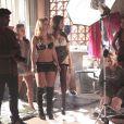 Jéssica (Carolina Dieckmann) e as traficadas são obrigadas a posar para um ensaio sensual; as fotos vão para a internet