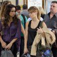 Jéssica (Carolina Dieckmann) e Morena (Nanda Costa) embarcam ao lado de Russo (Adriano Garib) rumo ao Brasil