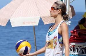 Fernanda Lima joga vôlei com roupa despojada em praia do Rio de Janeiro