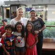 Bianca Rinaldi, de 'Em Família', leva as filhas ao teatro no Rio e posa para fãs