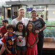 Bianca Rinaldi, de 'Em Família', leva as filhas ao teatro no Rio