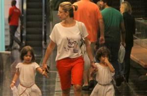 Bianca Rinaldi, de 'Em Família', leva as filhas gêmeas ao teatro no Rio