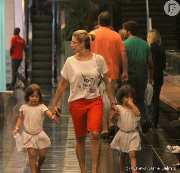 Bianca Rinaldi, de 'Em Família', leva as filhas ao teatro no Rio neste domingo, 6 de abril de 2014