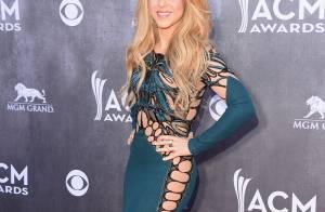 Shakira rouba a cena com vestido ousado cheio de recortes no ACM Awards