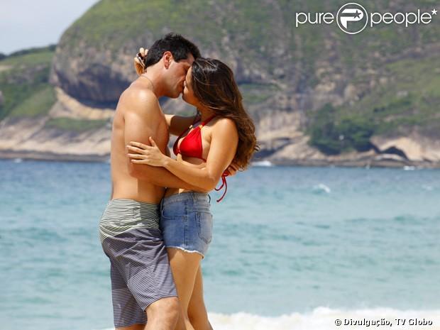 Em 'Salve Jorge', Morena (Nanda Costa) se consola com Théo (Lombardi