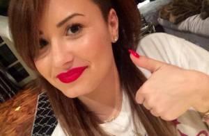 Demi Lovato muda de visual mais uma vez e exibe madeixas escuras