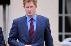 Príncipe Harry volta de missão no Afeganistão e comenta sobre fotos sem roupa