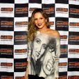 Claudia Leitte posa para fotos antes de cantar em Minas Gerais