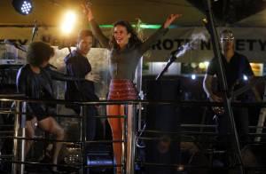 Claudia Leitte exibe pernas em evento sertanejo com a presença de Luan Santana