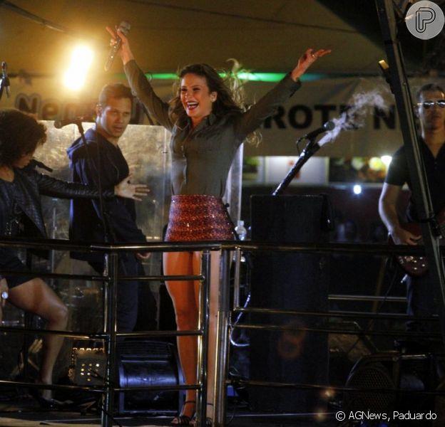 Claudia Leitte exibe pernas em forma no evento Escarpas Folia Sertaneja, em Minas Gerais (20 de abril de 2014)