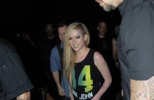 Cercada de seguranças, Avril Lavigne sai para jantar em São Paulo após show