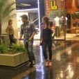 Marina Ruy Barbosa tentar esconder o novo corte do paparazzo em shopping do Rio