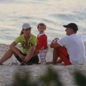 Luciano Huck e Angélica curtem fim de tarde com a filha caçula, Eva, na praia