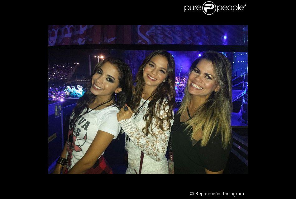 Bruna Marquezine, Anitta e Priscila Coellen posam para foto no palco do show do One Direction, em 8 de maio de 2014