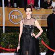 Anne Hathaway opta por um look preto total com transparências