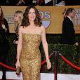 Jennifer Garner brilha com um vestido dourado sem alças