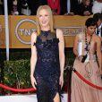 Nicole Kidman abusa dos brilhos e da transparência, exibindo uma das pernas por meio de uma fenda de seu vestido