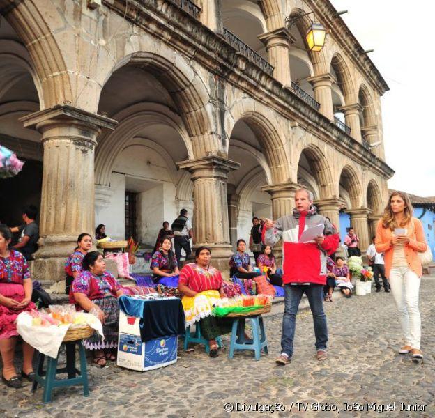 Grazi Massafera e o diretor Jayme Monjardim ensaiam uma cena a ser gravada na Guatemala para a novela 'Flor do Caribe', em janeiro de 2013