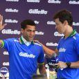 Jogadores da seleção brasileira se encontram em lançamento em São Paulo; Daniel Alves posa com Rodrigo Faro em evento