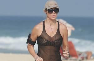 Aos 46 anos, Christine Fernandes se exercita e exibe boa forma em praia do Rio