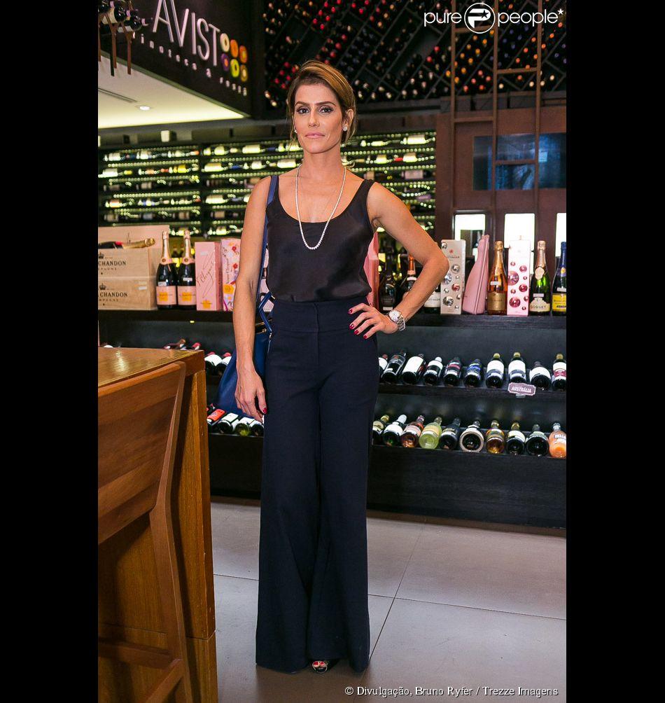 Deborah Secco apareceu com cabelos mais curtos em uma degustação de vinhos na loja Cavist do shopping Village Mall, na Barra da Tijuca, Zona Oeste do Rio de Janeiro, na noite desta segunda-feira, 19 de maio de 2014
