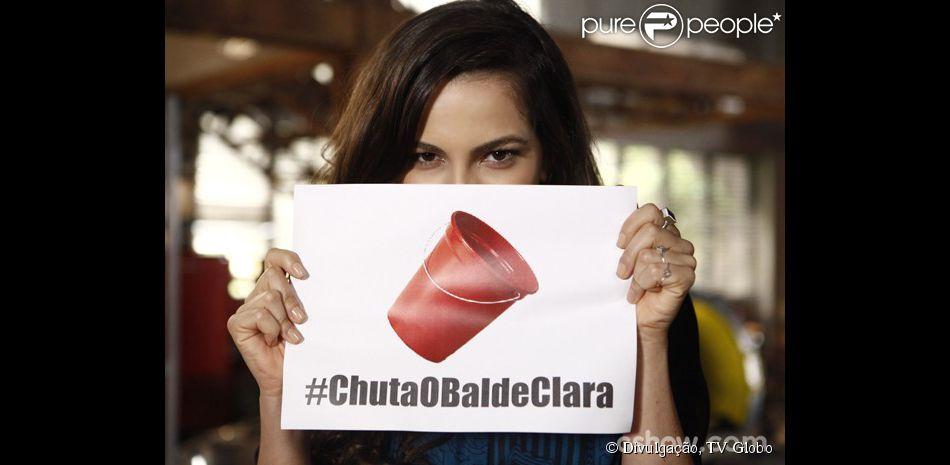 Marina (Tainá Müller) posa com a hashtag #ChutaOBaldeClara nos bastidores de gravação da novela 'Em Família', em 21 de maio de 2014