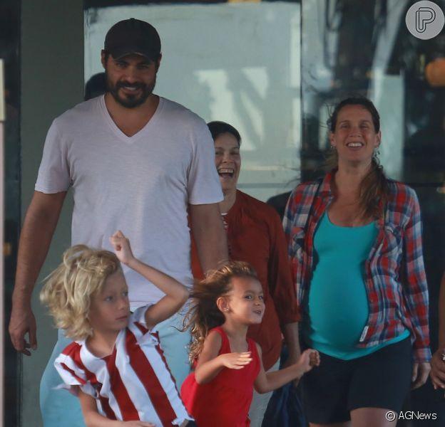 Thiago Lacerda e Vanessa Lóes batizam a filha recém-nascida de Pilar