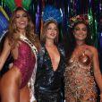 Rainhas do Baile da Vogue, Marina Ruy Barbosa e Juliana Paes posaram ao lado de Sabrina Sato, apresentadora do evento