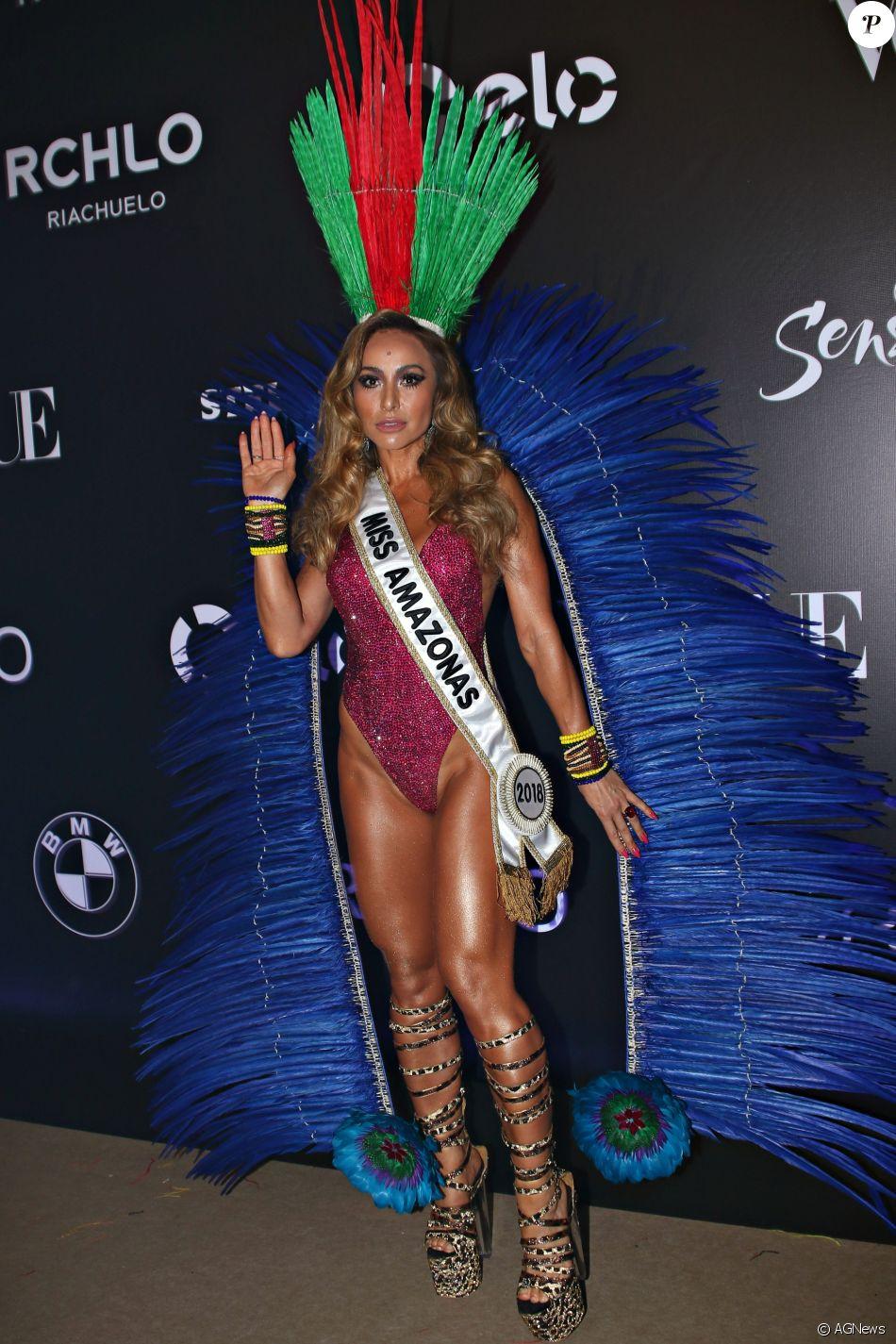 Sabrina Sato elege maiô de paetês cavado para baile de carnaval   Miss  Amazonas  429cb4b767