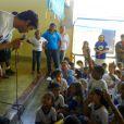Kaká participou de uma gincana com crianças de Fernando de Noronha, na quinta-feira (5 de junho)