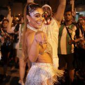 Juliana Paes exibe corpo sarado em ensaio de rua a uma semana do Carnaval