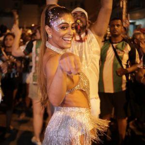 Ensaio Carnaval. Foto do site da Pure People que mostra Juliana Paes exibe corpo sarado em ensaio de rua a uma semana do Carnaval