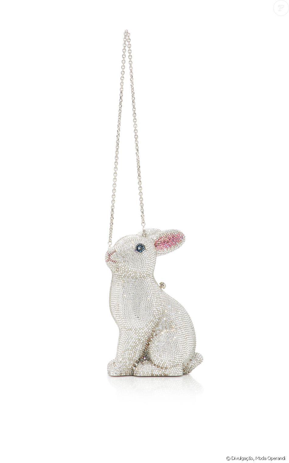 b8d64e045 A bolsa de coelho superfofa Judith Leiber, feita com cristais austríacos, é avaliada  em $ 5.495, aproximadamente R$ 18.150