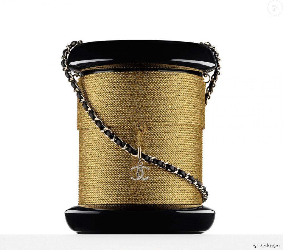 60100408c A bolsa spool minaudiere, em forma de carretel, pertence à grife francesa  Chanel e é avaliada em $ 7.600, cerca de R$ 25 mil