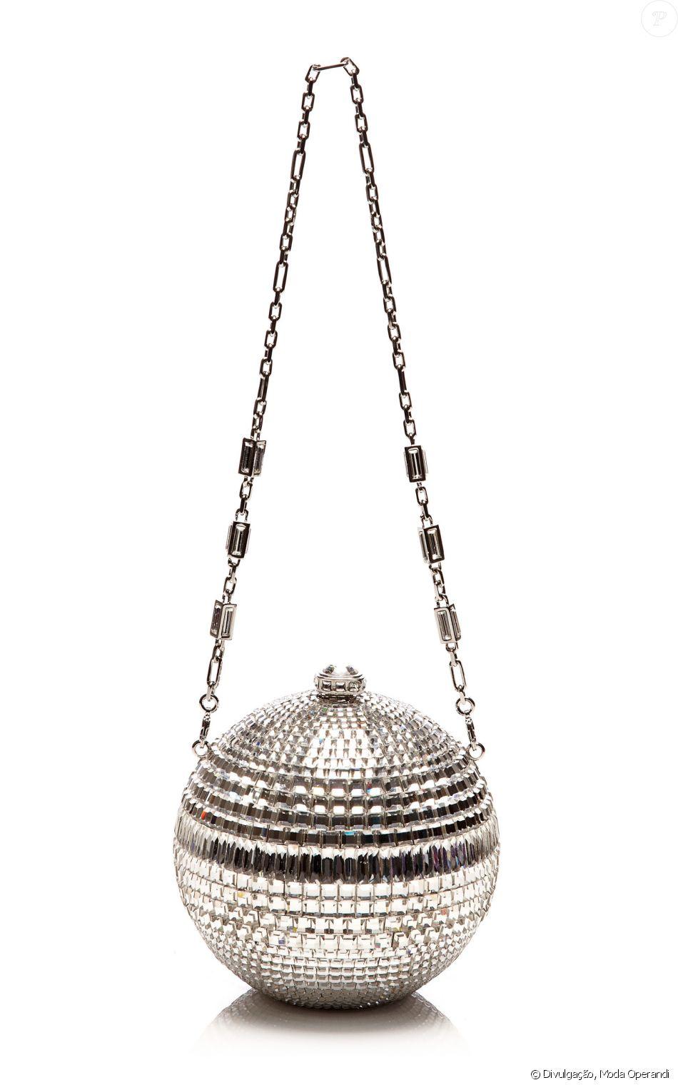 7aea4a953 A bolsa de globo de discoteca leva a assinatura de Judith Leiber Couture e  é avaliada em $ 3.995, aproximadamente R$ 13.200