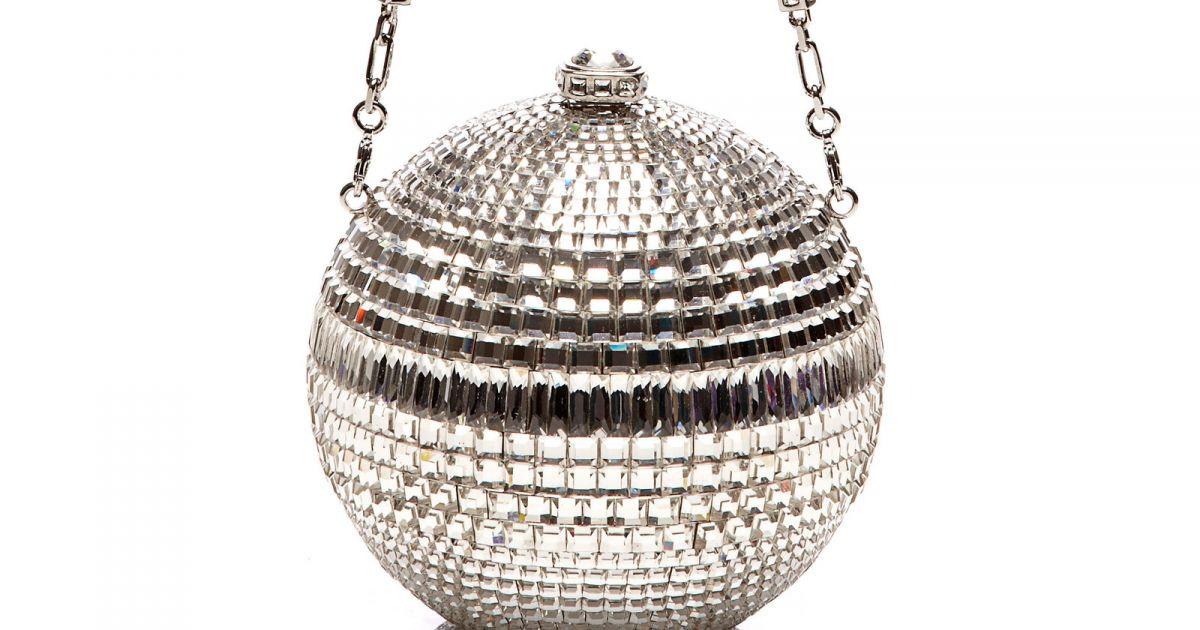 01a3ad397 A bolsa de globo de discoteca leva a assinatura de Judith Leiber Couture e  é avaliada em $ 3.995, aproximadamente R$ 13.200 - Purepeople