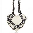 A bolsa branca de couro Valentino era vendida pela  loja Barneys por $ 2.675, cerca de R$ 8.830