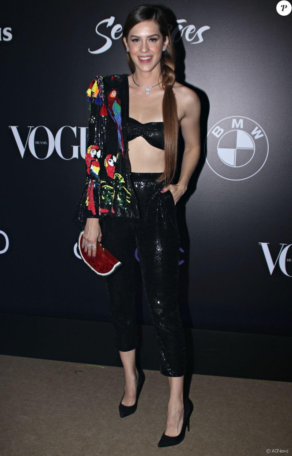 17362d245 Sophia Abrahão finalizou o look de araras de paetês com uma divertida  clutch de melancia para o Baile da Vogue, em 1 de fevereiro de 2018
