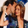 Marina Ruy Barbosa posa com o marido, Xande Negrão, antes do Baile da Vogue